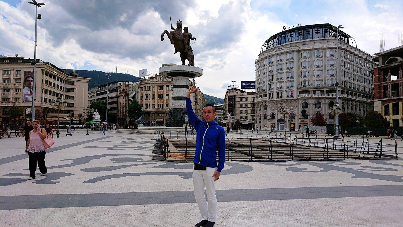 北マケドニアのスコピエ市内で石橋を渡ってマケドニア広場に進む2