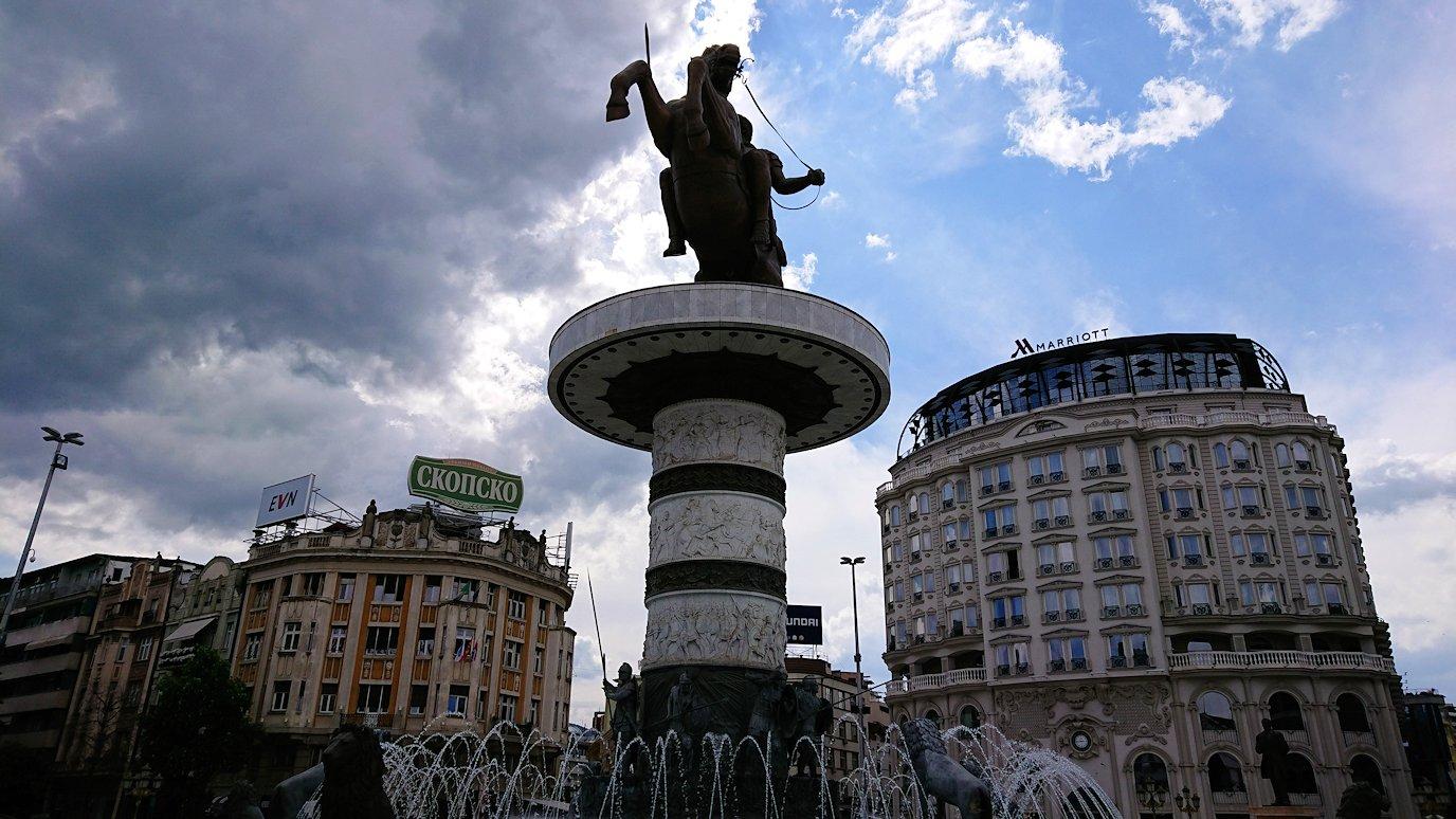 北マケドニアのスコピエ市内で石橋を渡ってマケドニア広場に進む3