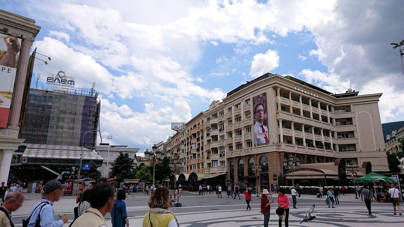 北マケドニアのスコピエ市内で石橋を渡ってマケドニア広場に進む5