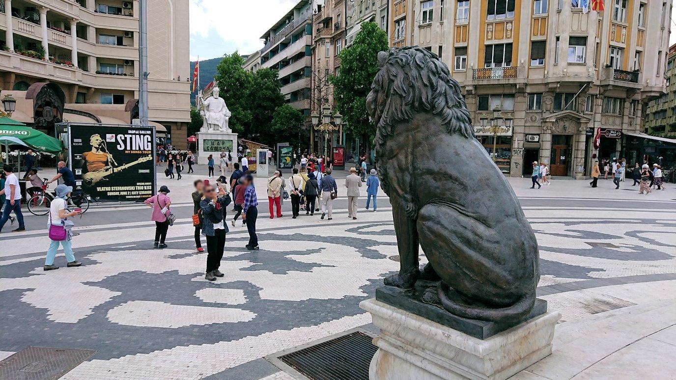 北マケドニアのスコピエ市内で石橋を渡ってマケドニア広場に進む9