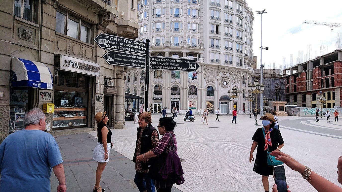 北マケドニアのスコピエ市内で石橋を渡ってマケドニア広場から博物館へ向かう3