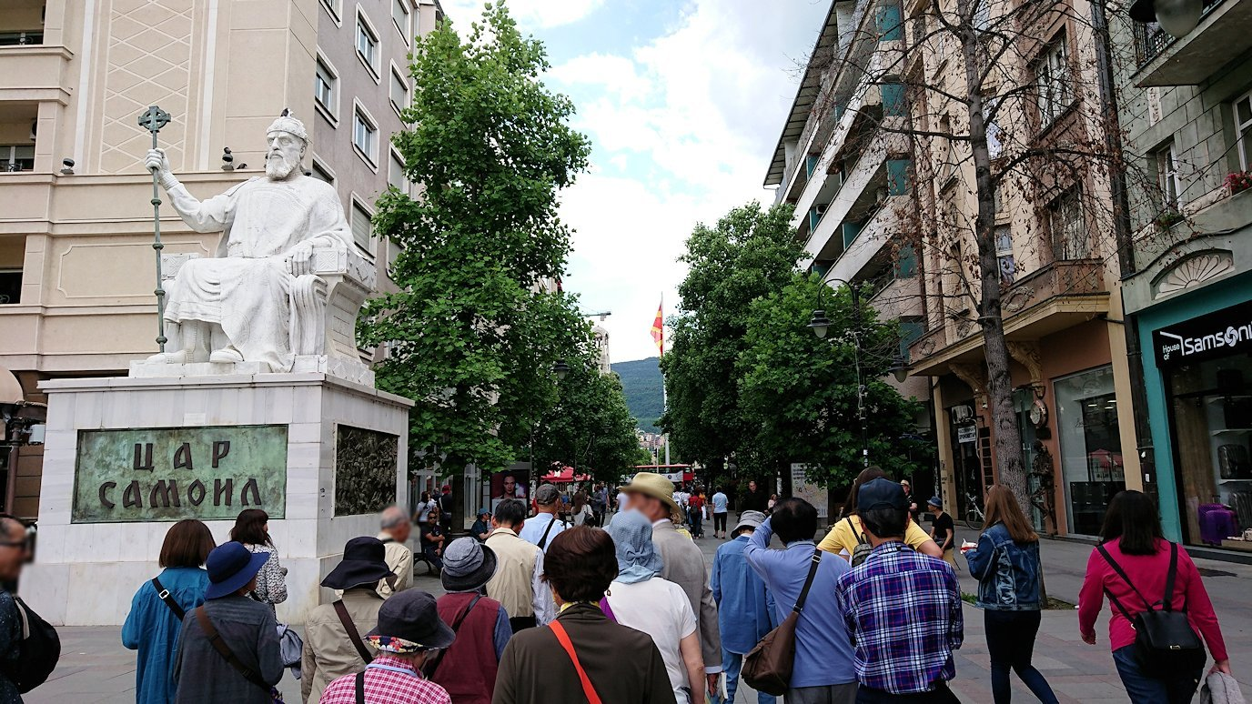 北マケドニアのスコピエ市内で石橋を渡ってマケドニア広場から博物館へ向かう4