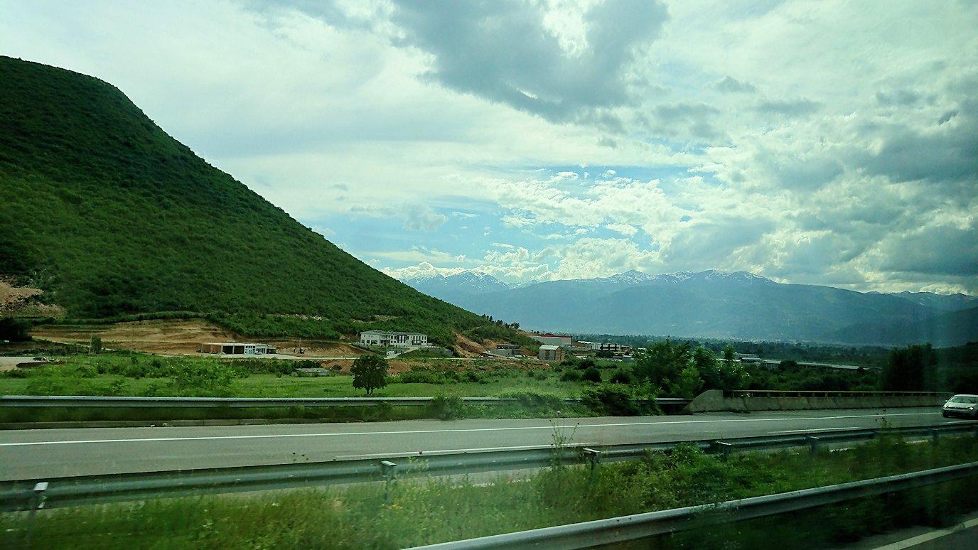 北マケドニアのスコピ内からオフリドへ向かう途中に休憩する