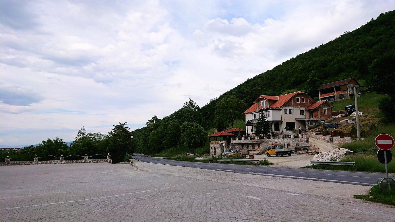 北マケドニアのスコピ内からオフリドへ向かう途中に休憩する3