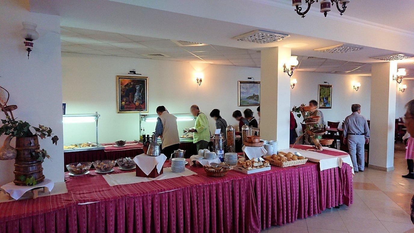 北マケドニアのオフリドにあるホテルで朝食を2