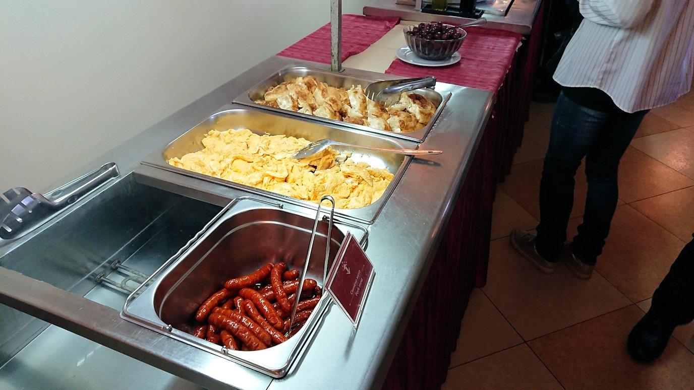 北マケドニアのオフリドにあるホテルで朝食を5