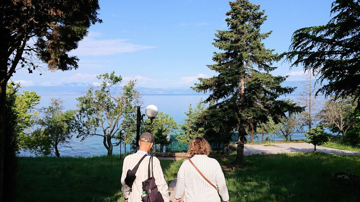 北マケドニアのオフリドのホテルからオフリド湖へ向かう2