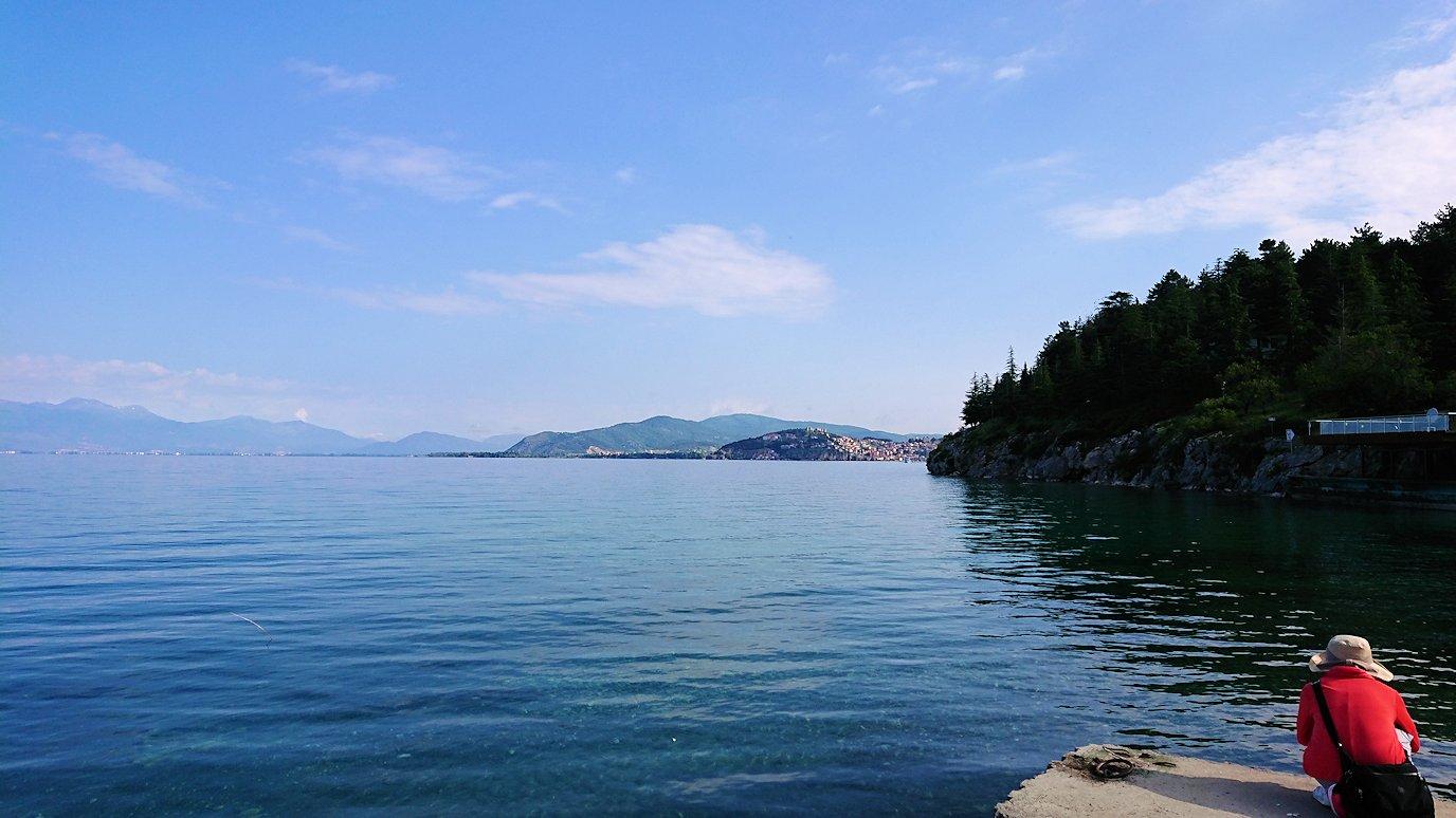 北マケドニアのオフリド湖で船に乗る