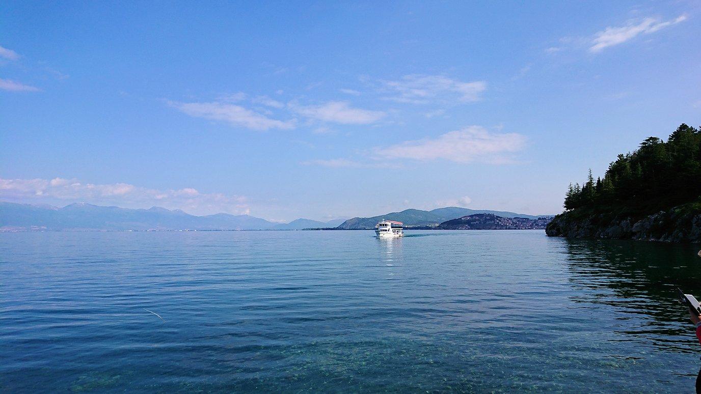 北マケドニアのオフリド湖で船に乗る2