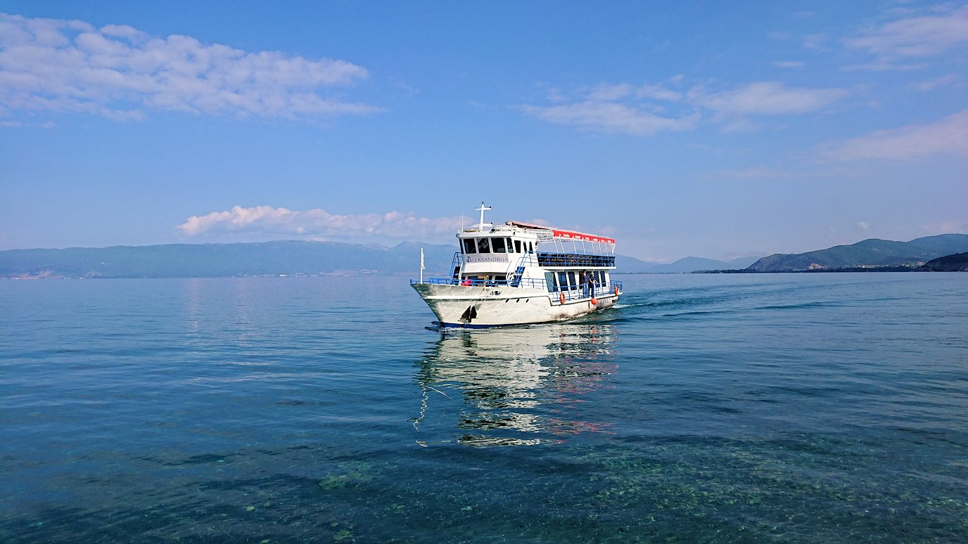 北マケドニアのオフリド湖で船に乗る3