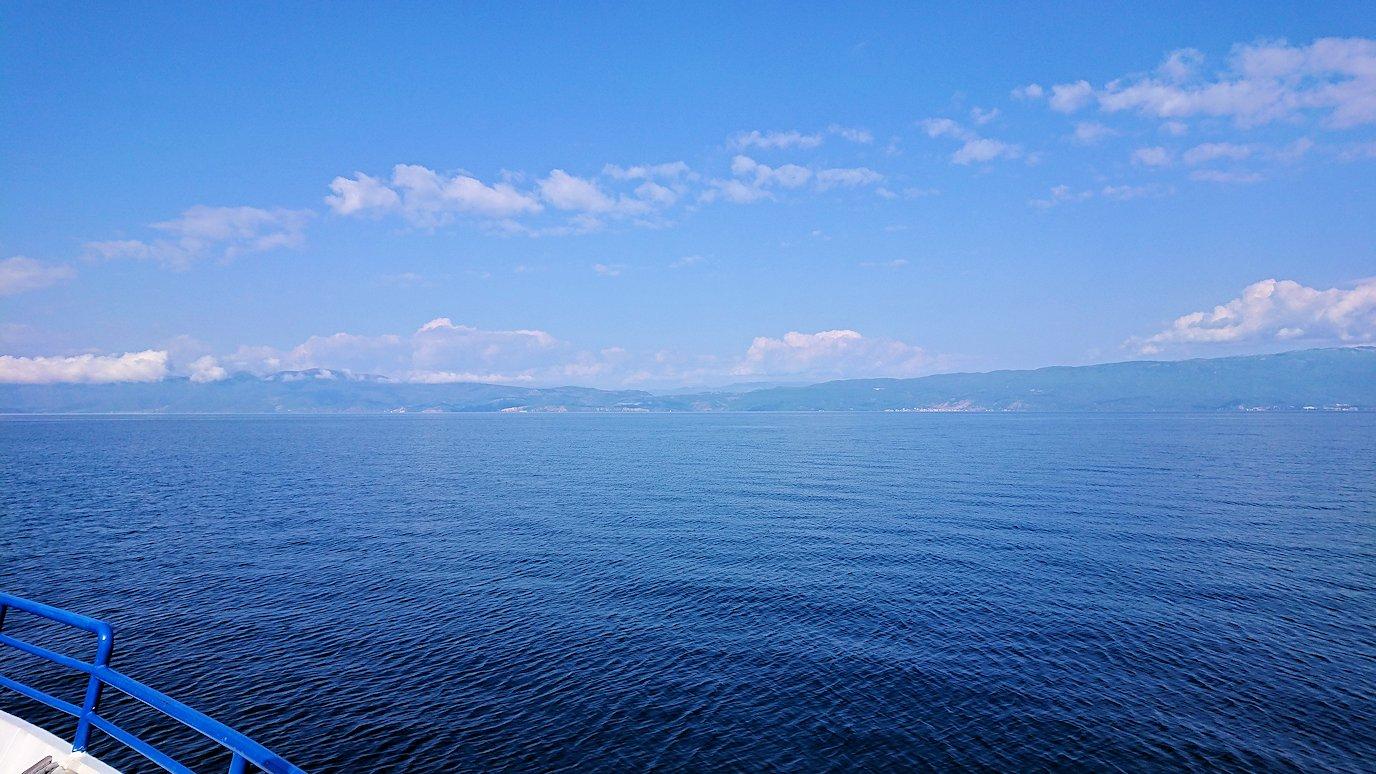 北マケドニアのオフリド湖クルーズを楽しむ