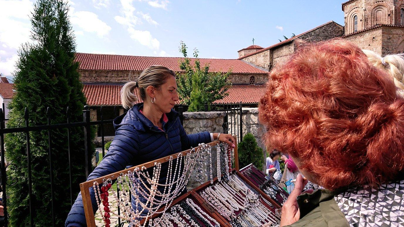 北マケドニアのオフリド湖遊覧終了しオフリドの街を歩いて聖ソフィア教会の敷地内を散策7