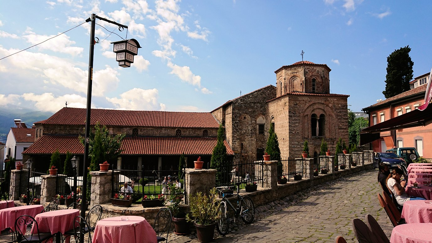 北マケドニアのオフリド湖遊覧終了しオフリドの街を歩いて聖ソフィア教会近くを歩いていく3
