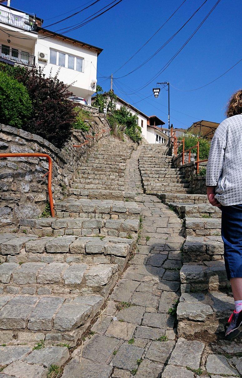 北マケドニアのオフリド旧市街地を歩いて進みます