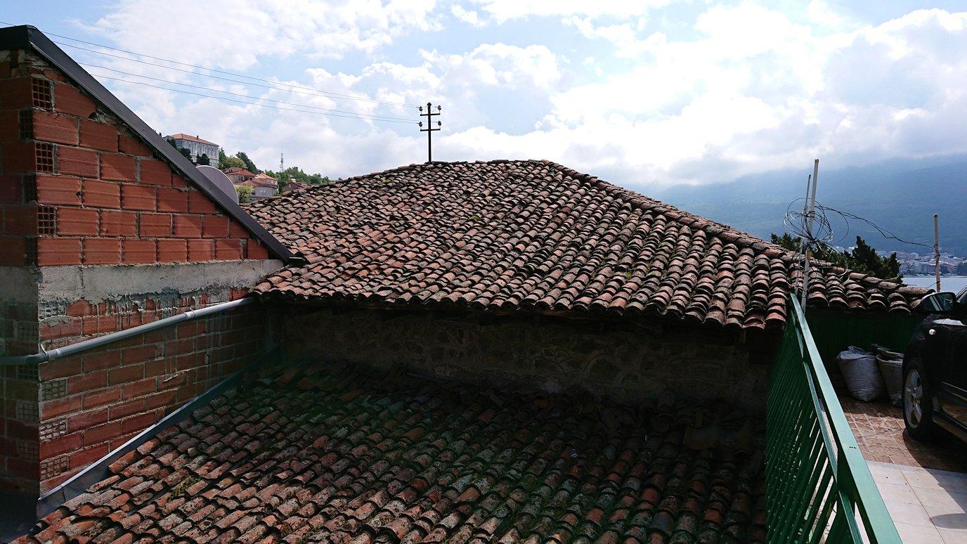 北マケドニアのオフリド旧市街地を横目に見ながら進む1