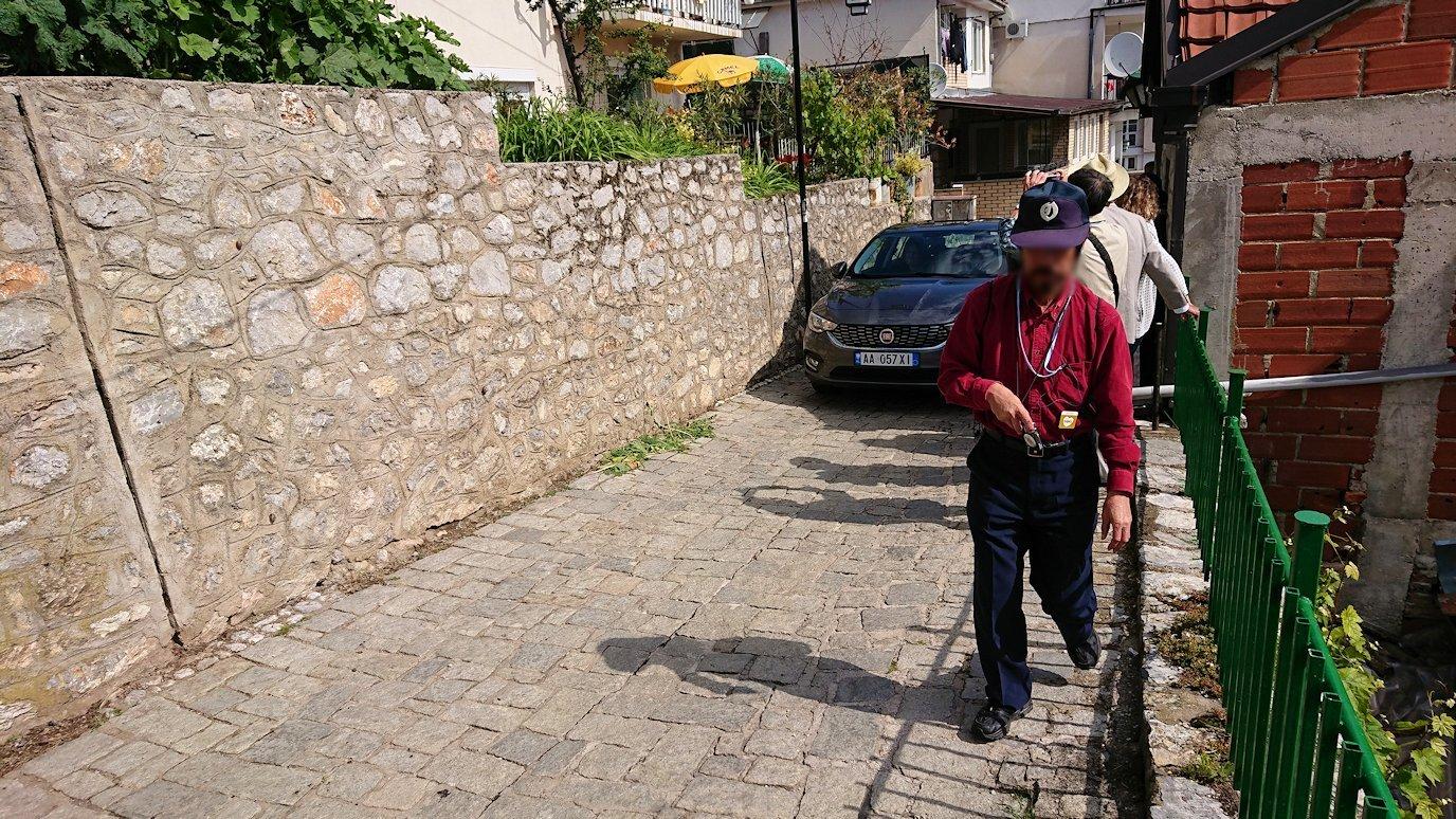 北マケドニアのオフリド旧市街地を横目に見ながら進む3