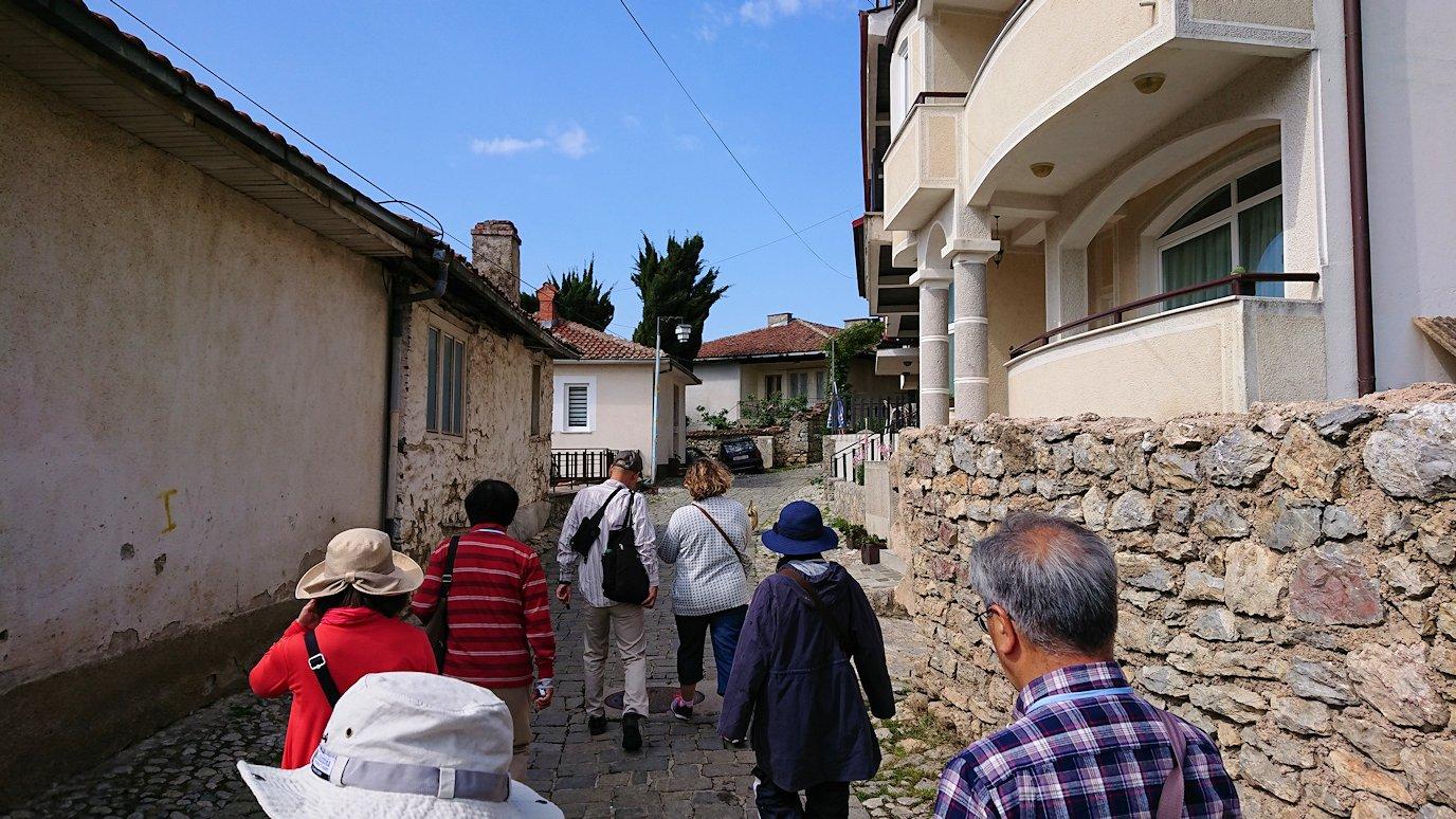 北マケドニアのオフリド旧市街地を横目に見ながら進む6