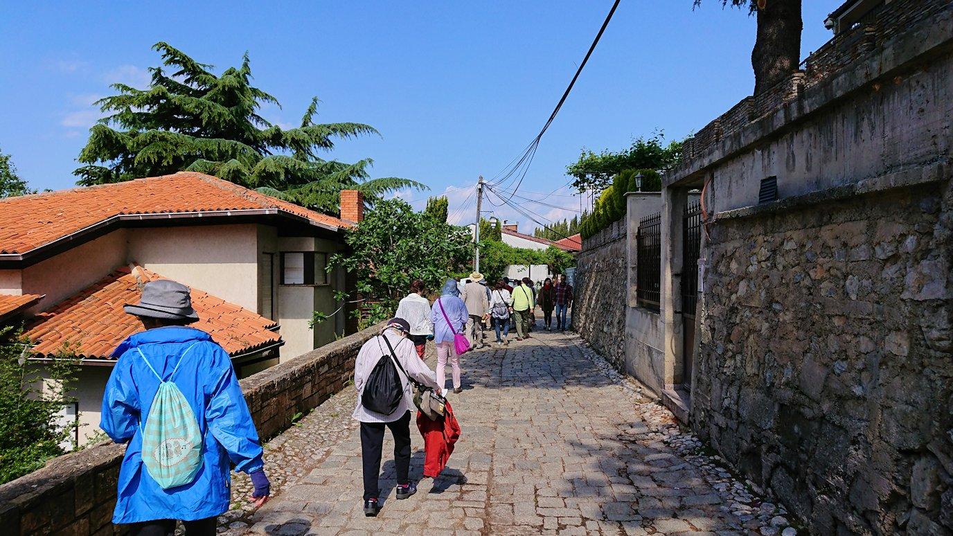 北マケドニアのオフリド旧市街地を前に進んで行きます5