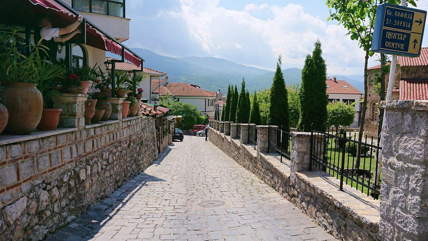 北マケドニアのオフリドで再び聖ソフィア教会辺りで昼食まで待つ1