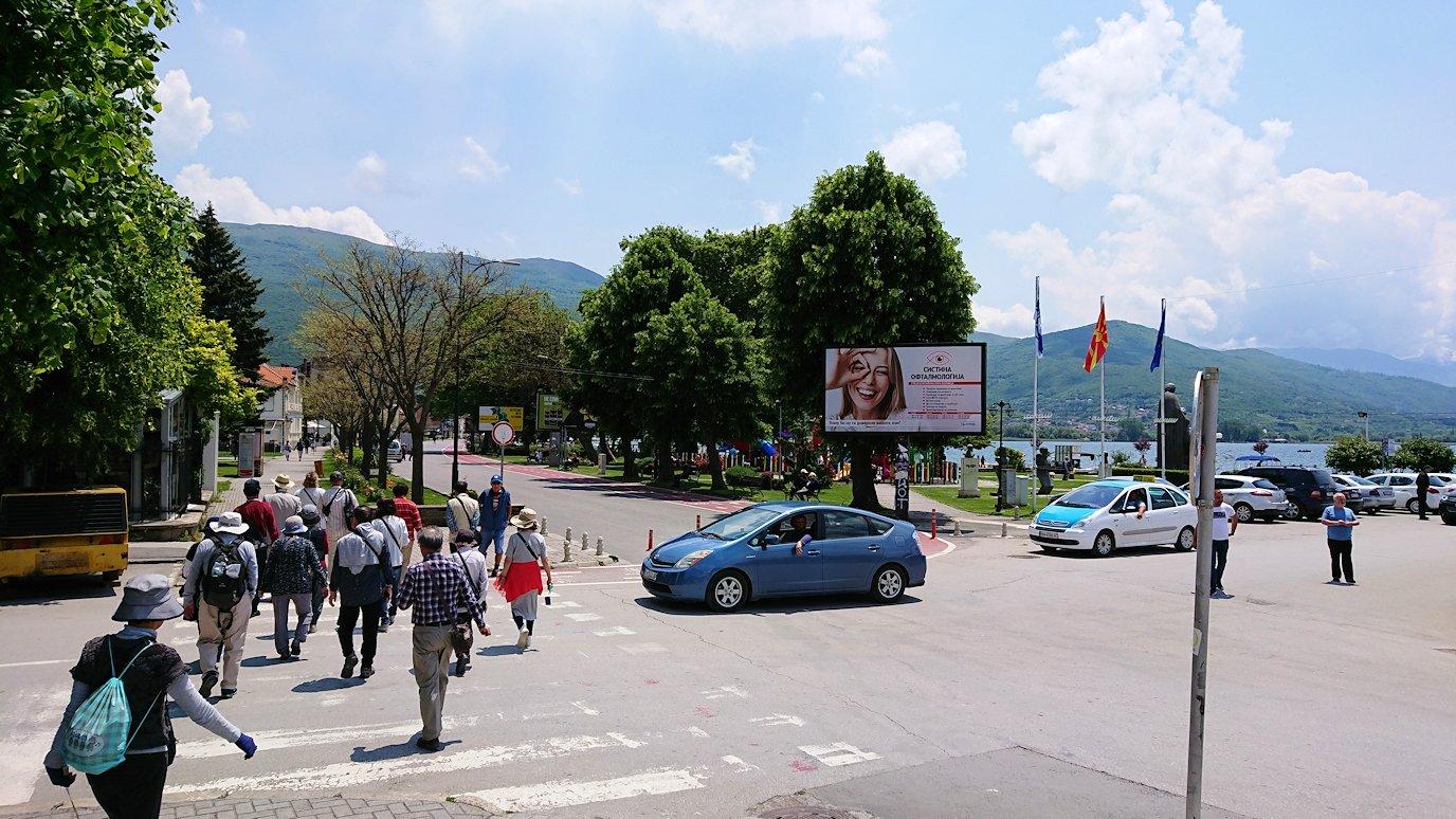 北マケドニアのオフリドでバスの場所まで歩く