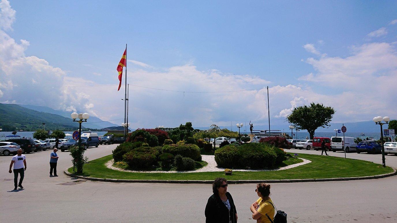 北マケドニアのオフリドでバスの場所まで歩く1