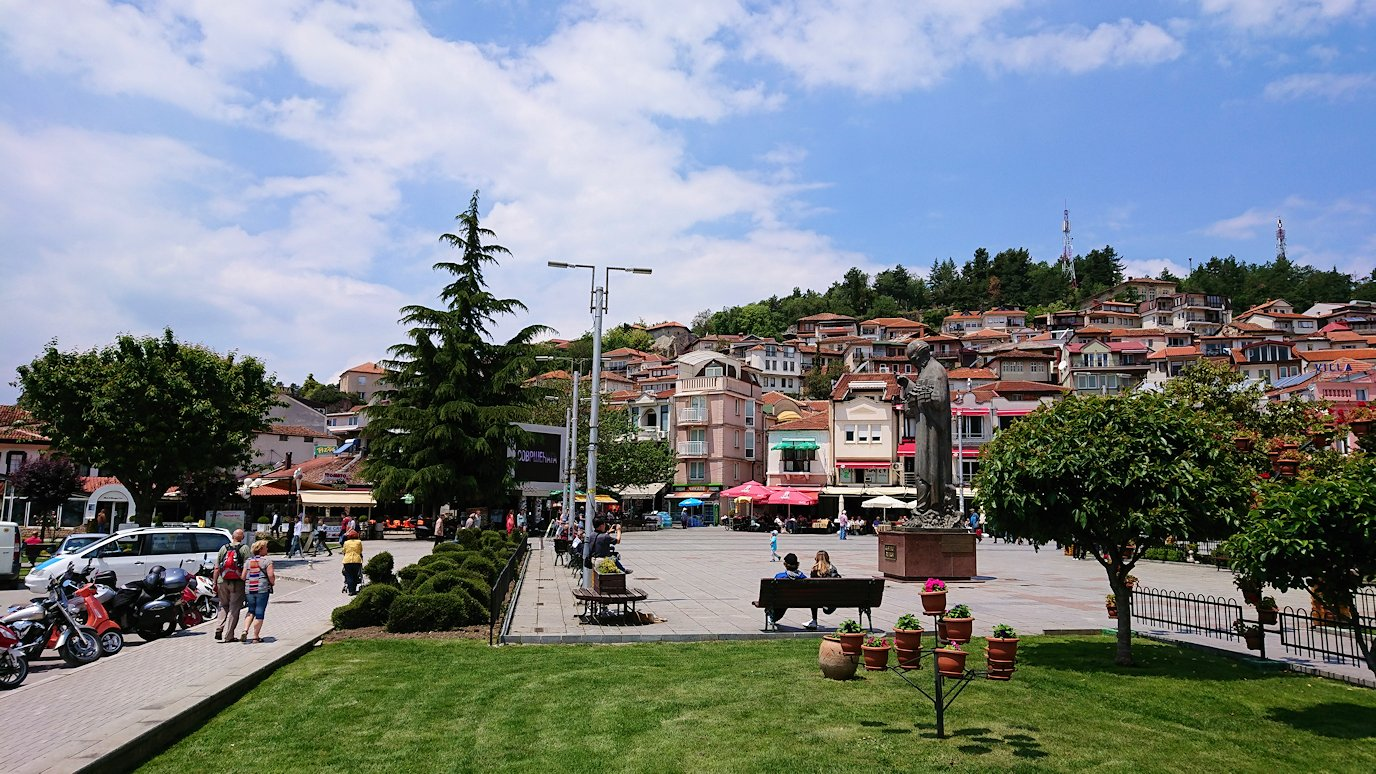 北マケドニアのオフリドでバスの場所まで歩く2