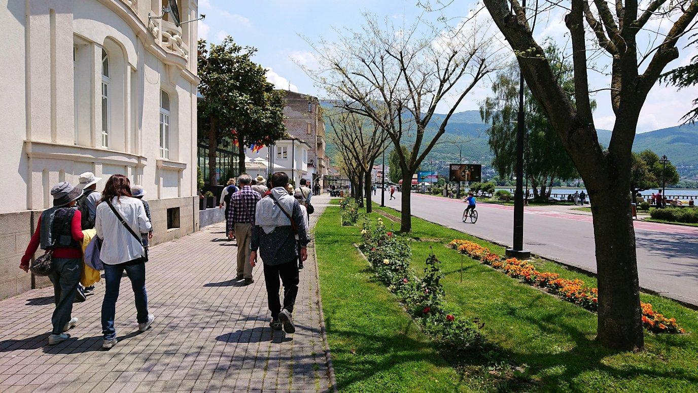 北マケドニアのオフリドでバスの場所まで歩く3