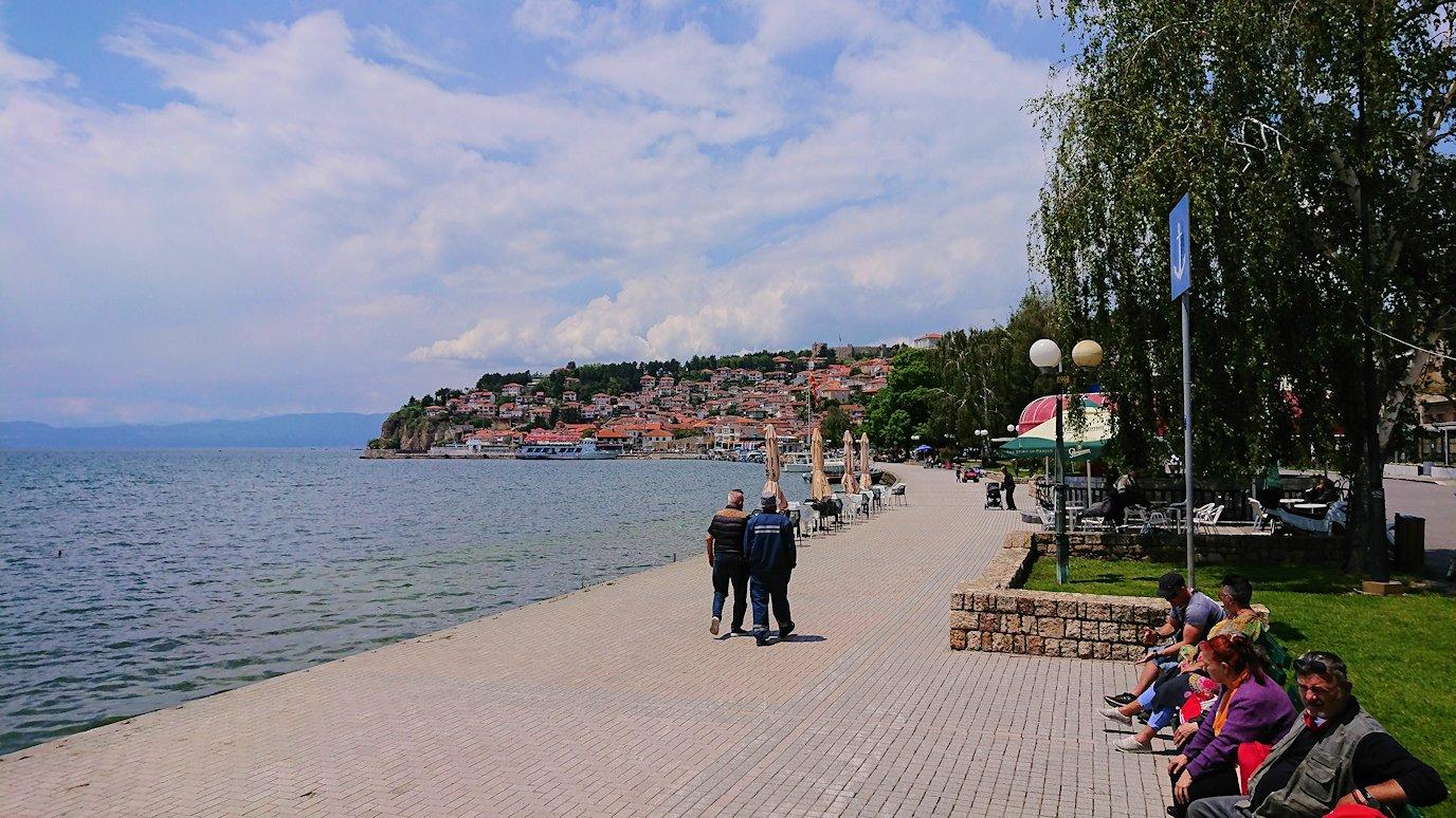 北マケドニアのオフリドでバスの場所まで歩く9