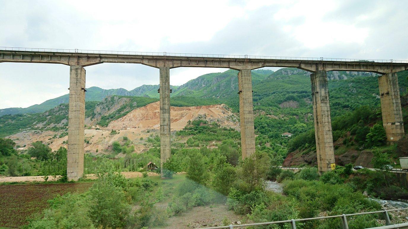 アルバニアをバスで移動し、途中でトイレ休憩をする
