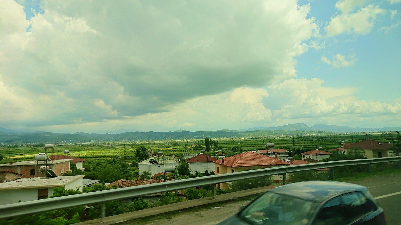 アルバニアをバスで移動し、ベラットの街を目指す6