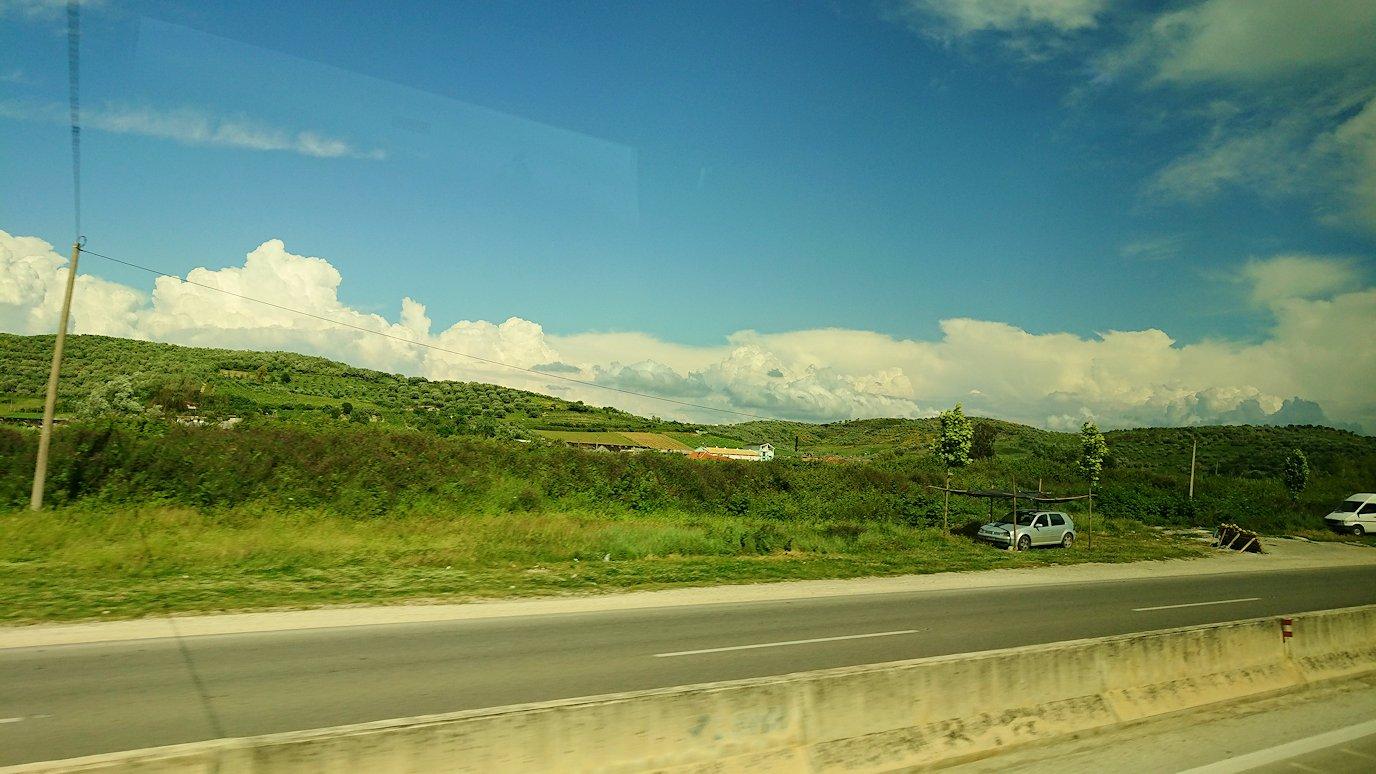 アルバニアをバスで移動し、ベラットの街を目指す7