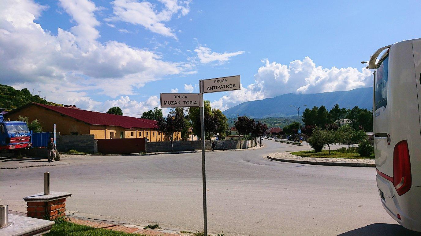 アルバニアをバスで移動し、ベラットの街を目指す