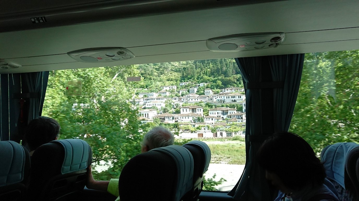 アルバニアをバスで移動し、ベラットの街を目指す3
