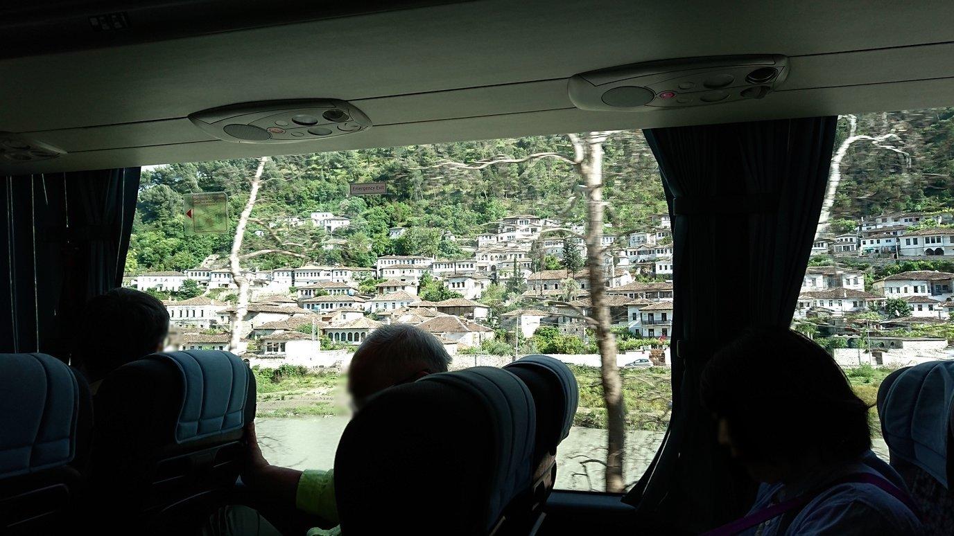 アルバニアをバスで移動し、ベラットの街を目指す4
