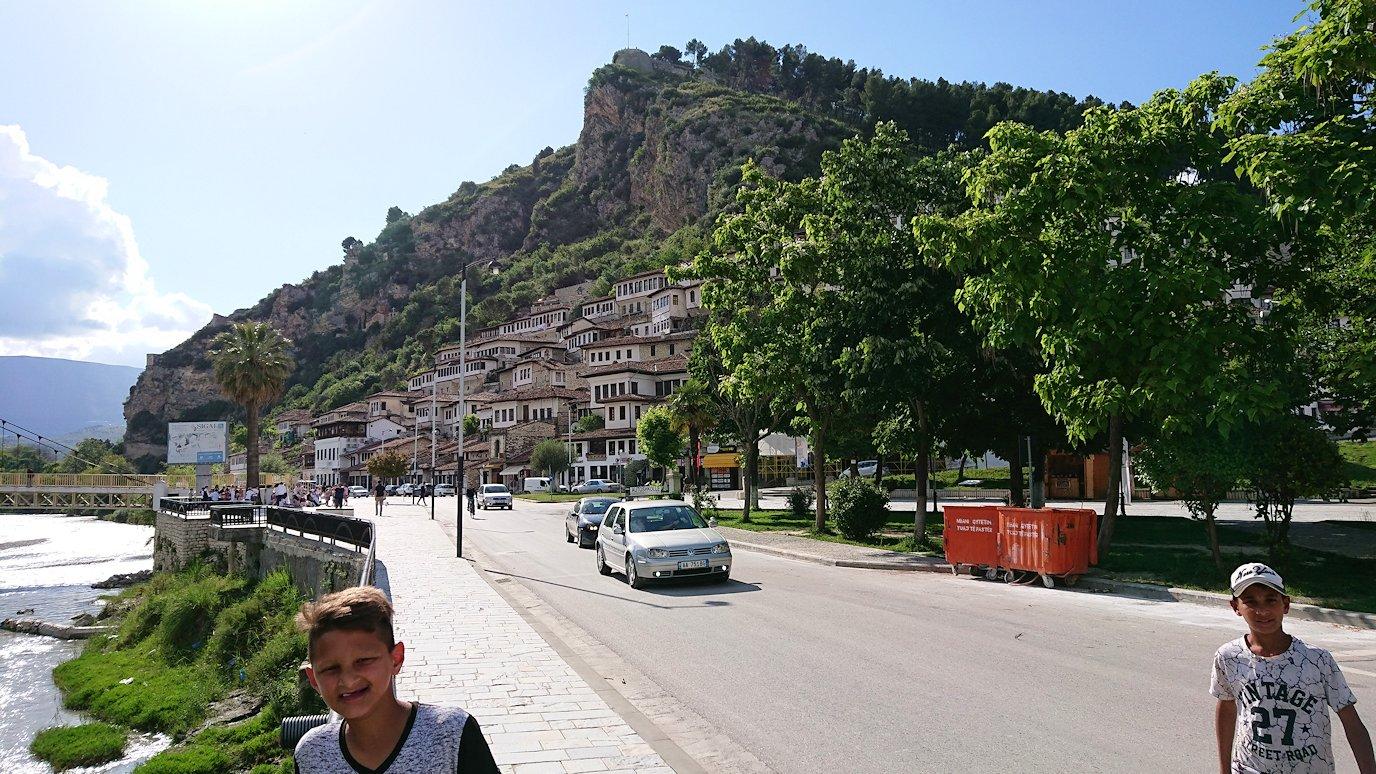 アルバニアで世界遺産のベラトの街に到着