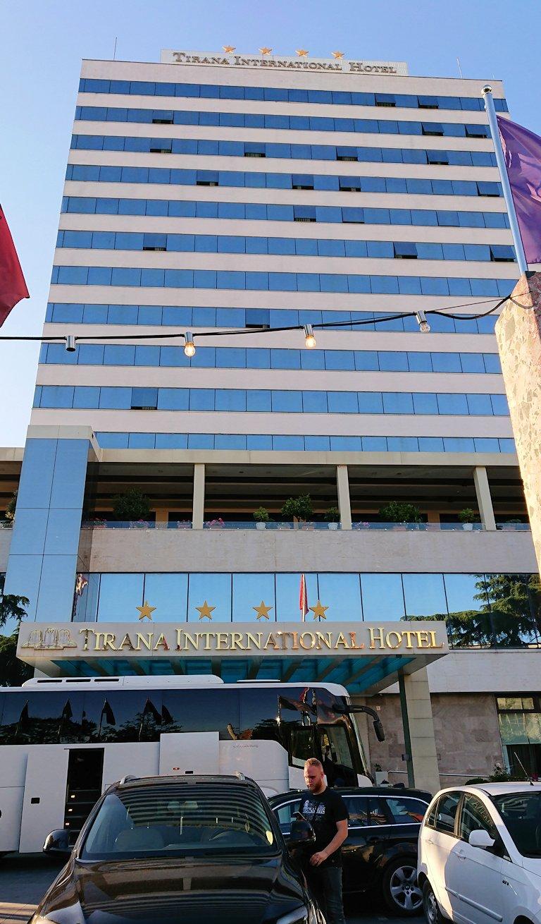 アルバニアで首都ティラナのホテル・インターナショナルに到着1