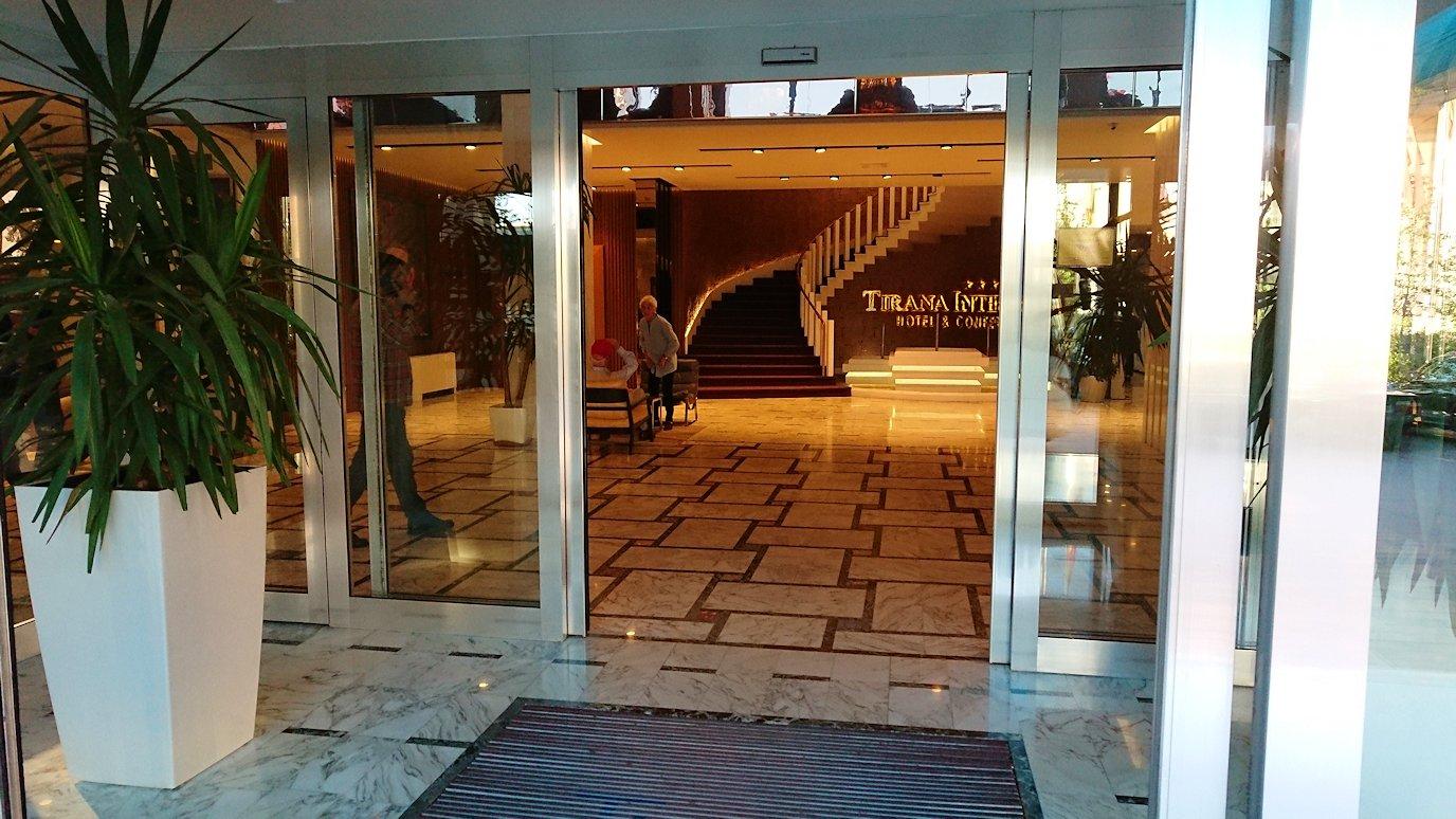 アルバニアで首都ティラナのホテル・インターナショナルに到着9