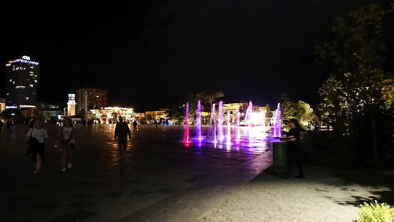 アルバニアで首都ティラナで夜のスカンデルベグ広場を散策1
