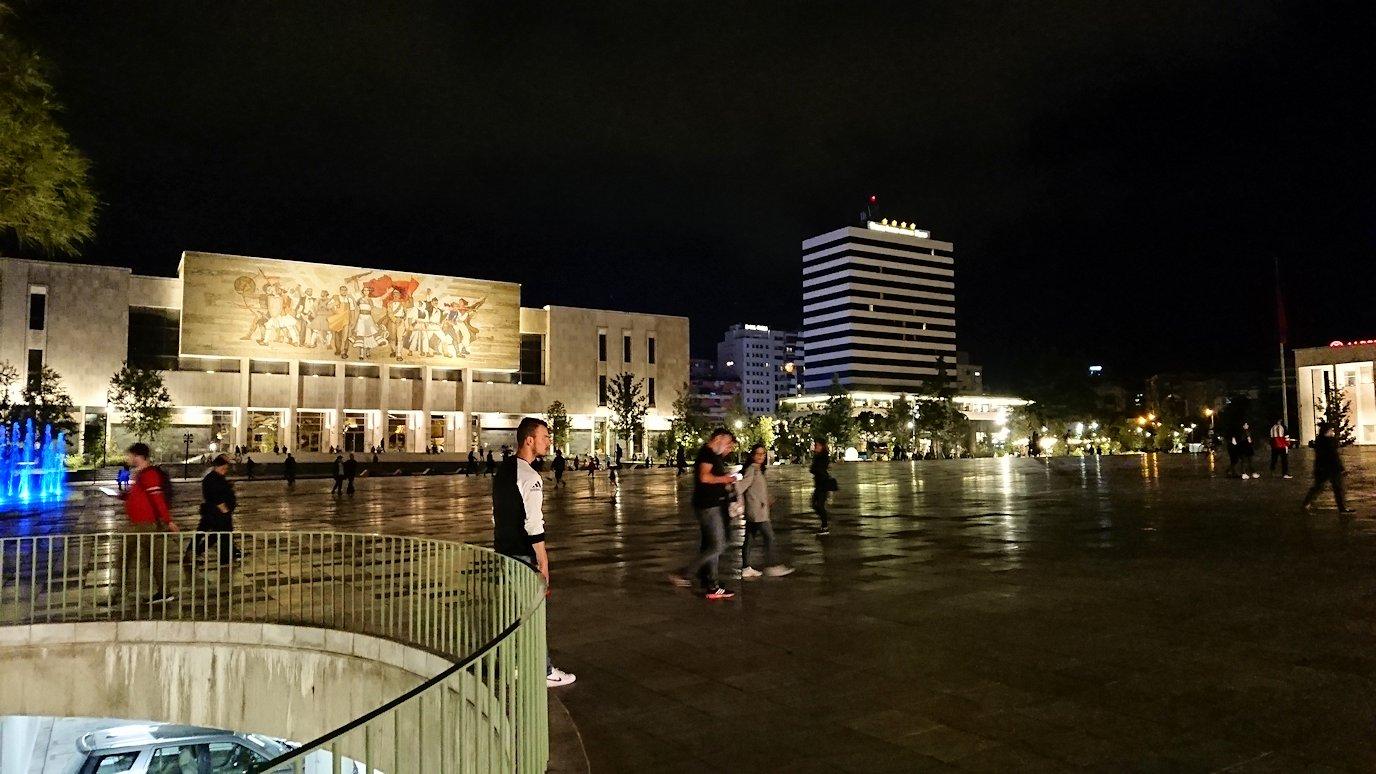 アルバニアで首都ティラナで夜のスカンデルベグ広場を散策3