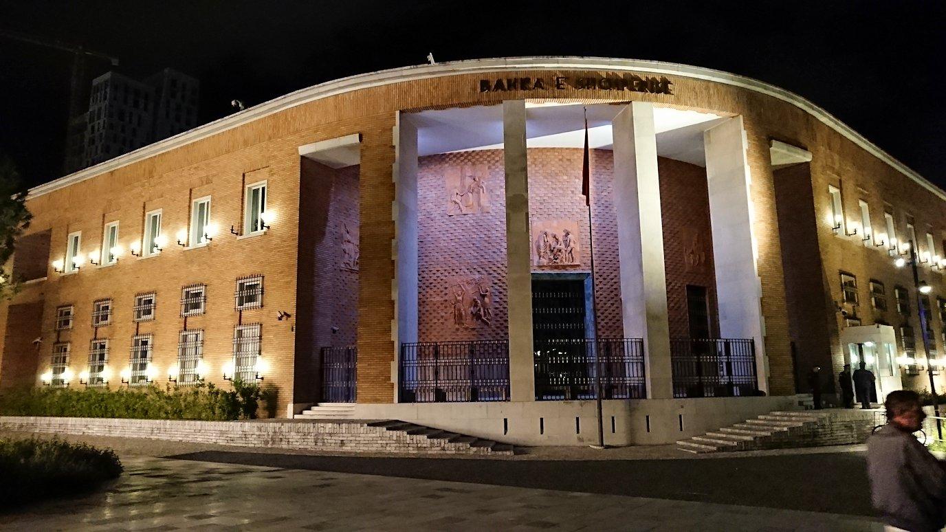 アルバニアで首都ティラナで夜のスカンデルベグ広場を散策4
