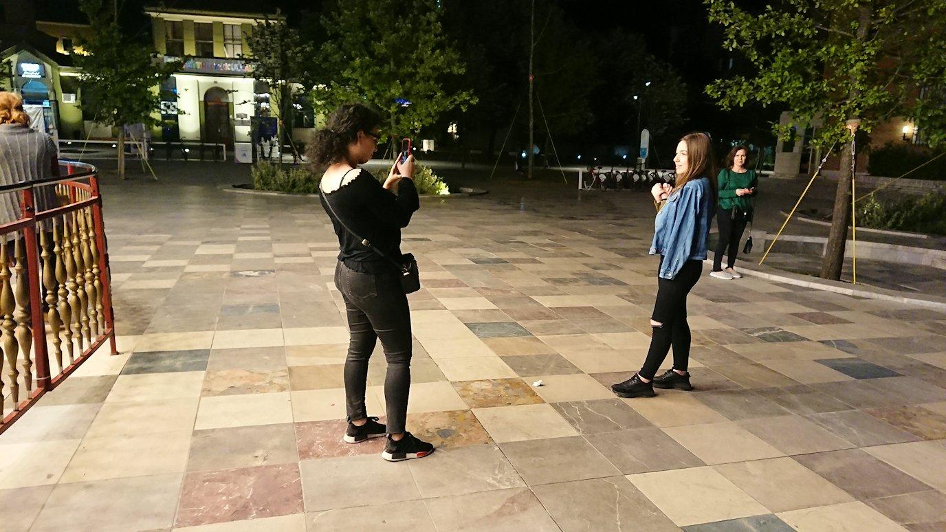 アルバニアで首都ティラナで夜のスカンデルベグ広場を散策7