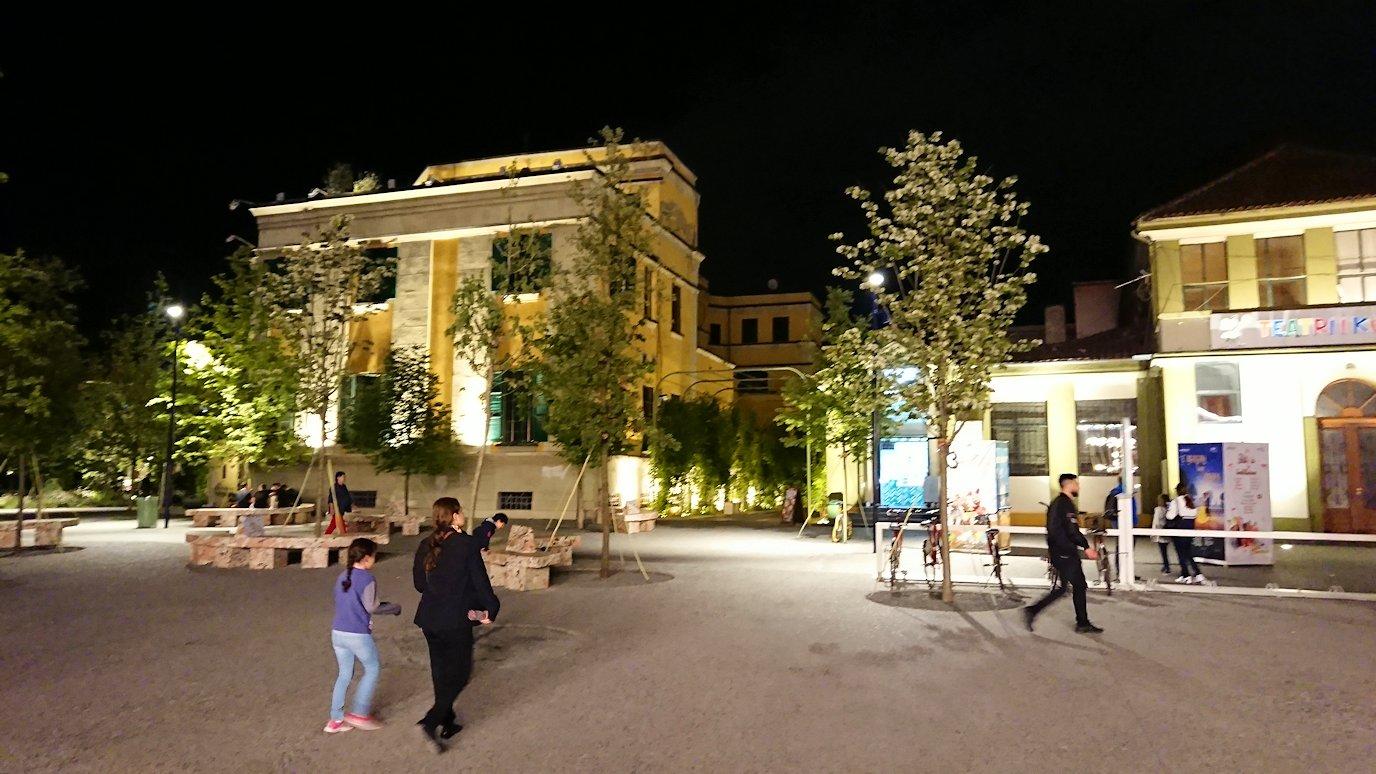 アルバニアで首都ティラナで夜のスカンデルベグ広場を散策9