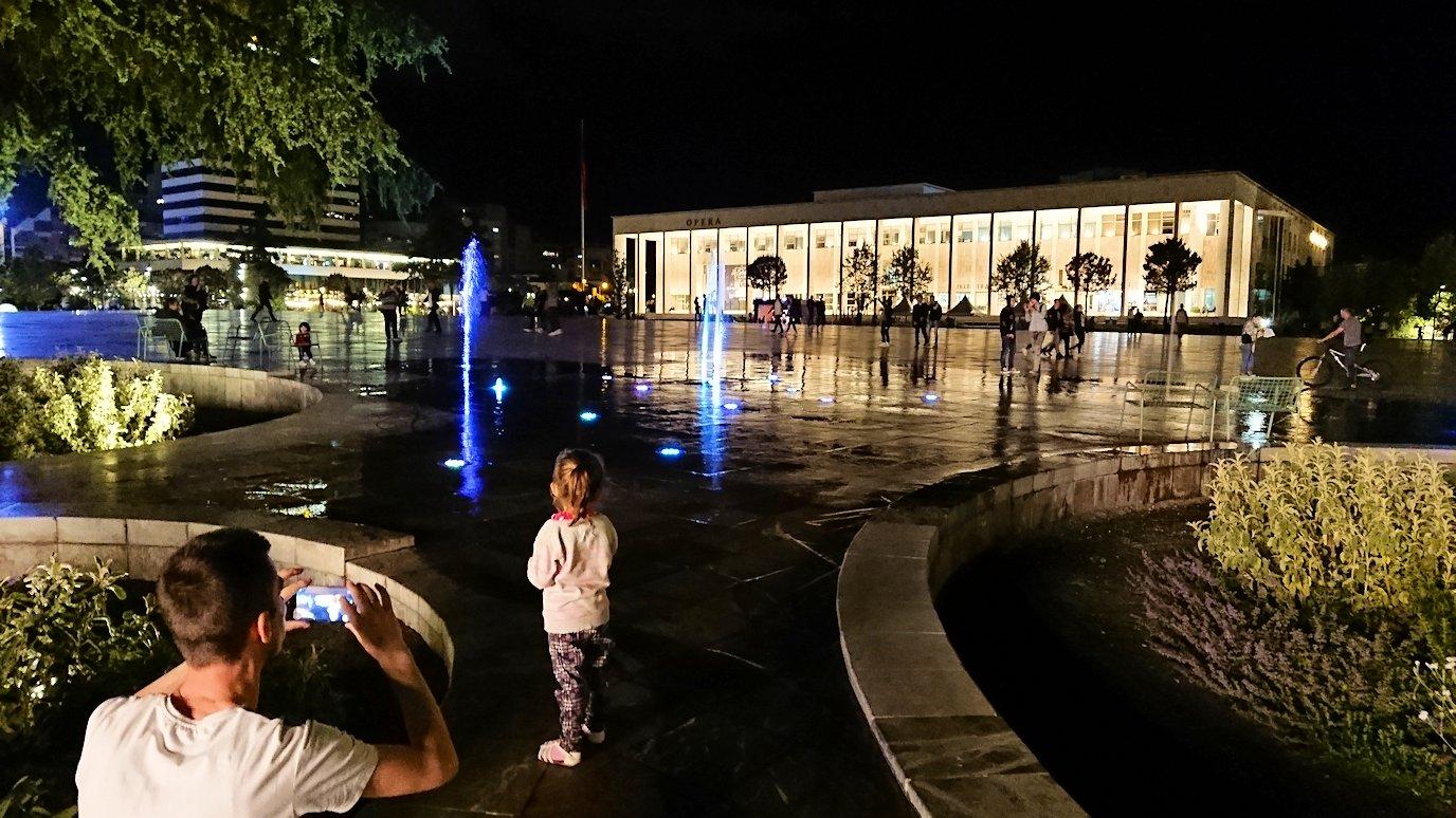 アルバニアで首都ティラナで夜のスカンデルベグ広場を散策10