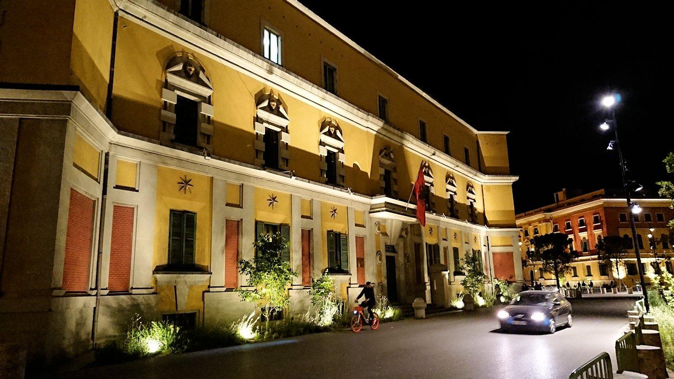 アルバニアで首都ティラナで夜のスカンデルベグ広場付近を歩く