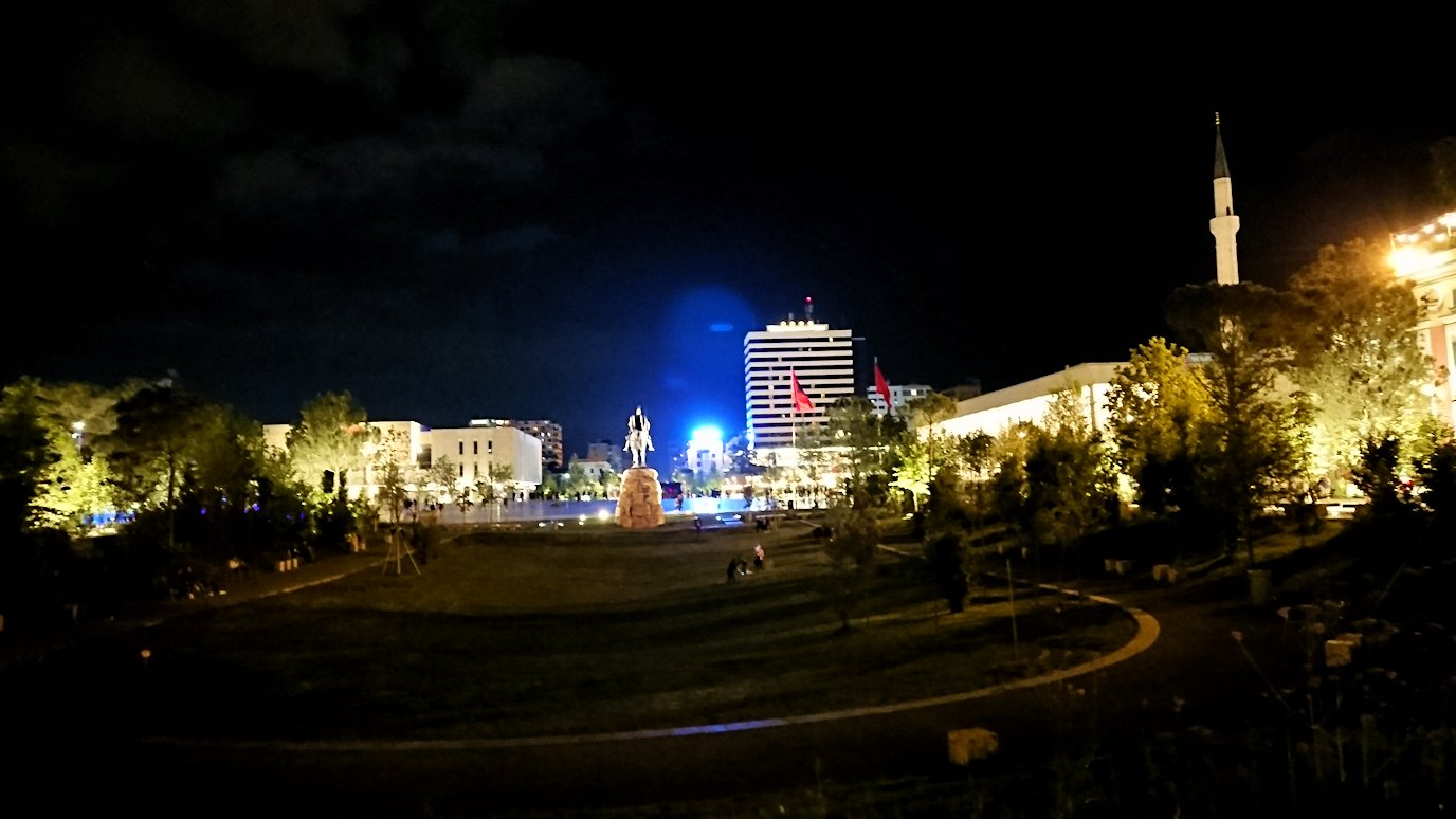 アルバニアで首都ティラナで夜のスカンデルベグ広場付近を歩く1