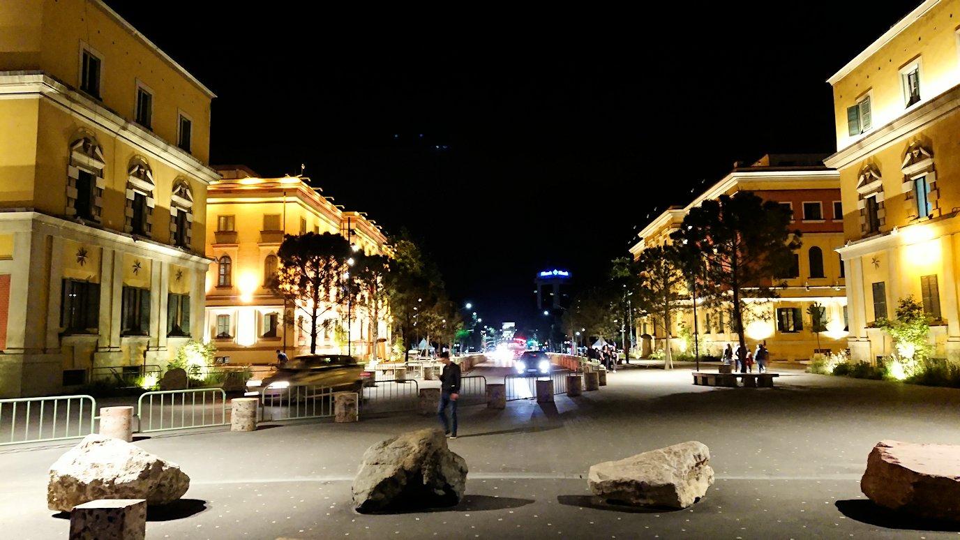アルバニアで首都ティラナで夜のスカンデルベグ広場付近を歩く2