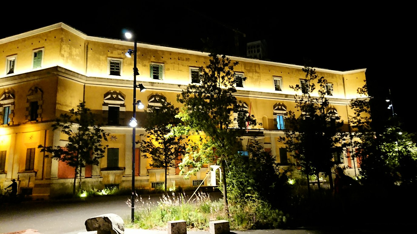 アルバニアで首都ティラナで夜のスカンデルベグ広場付近を歩く3