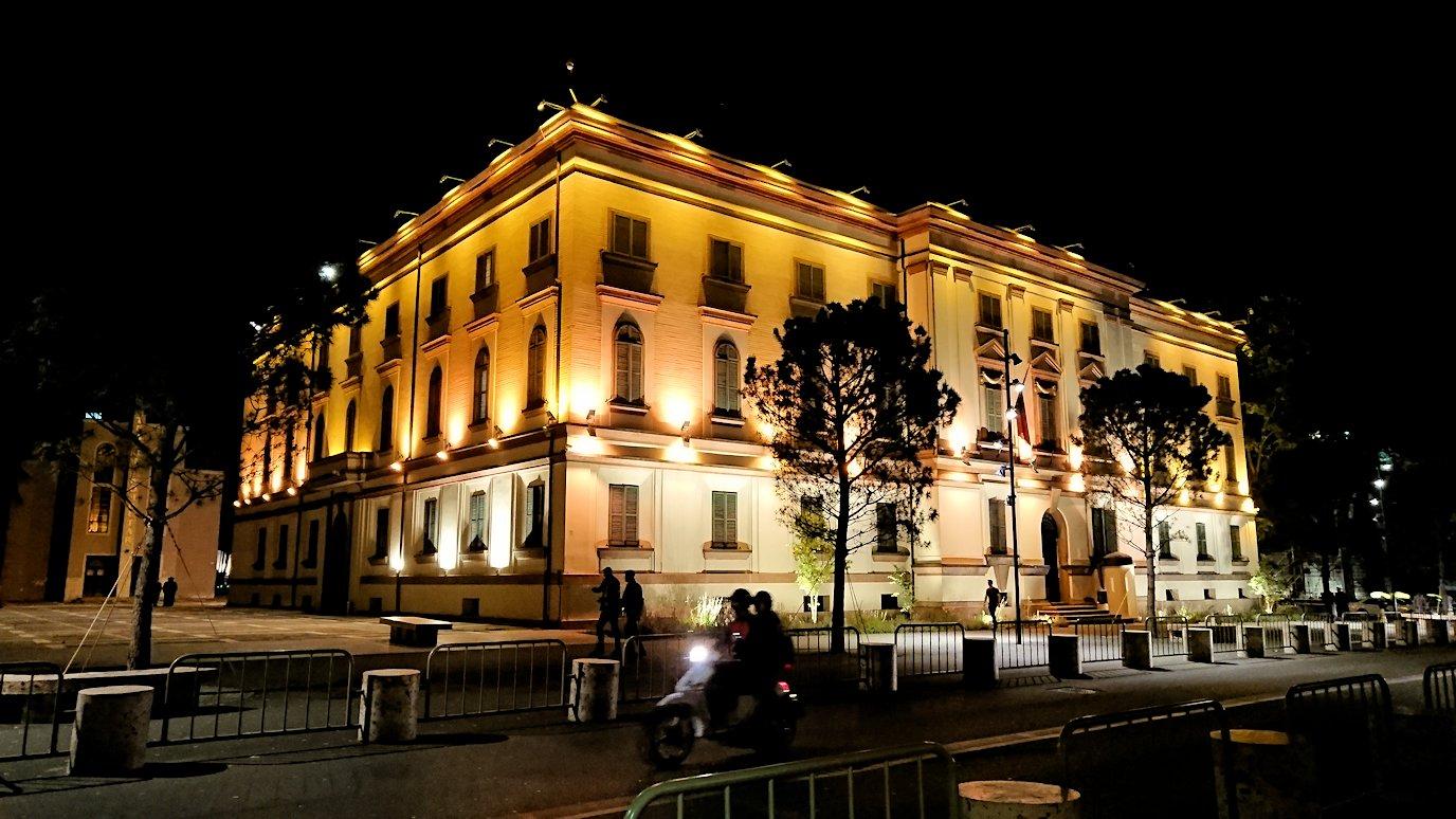 アルバニアで首都ティラナで夜のスカンデルベグ広場付近を歩く4