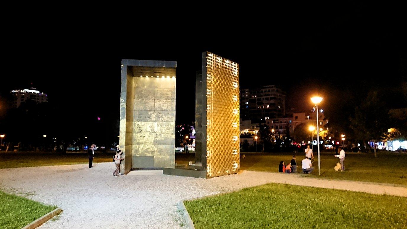 アルバニアで首都ティラナで夜のスカンデルベグ広場付近を歩く5