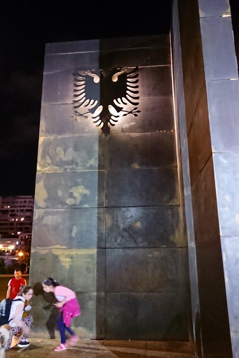 アルバニアで首都ティラナで夜のスカンデルベグ広場付近を歩く6